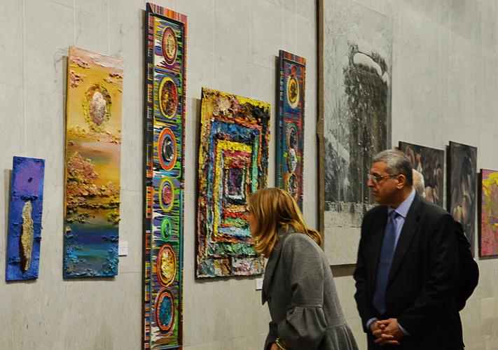 картины Дарьи Марченко и посол Грузии Михеил Уклеба новый размер